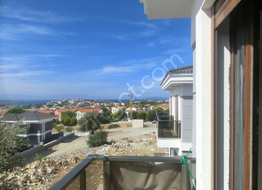 Çeşme Yalı Mahallesinde 5+1 Deniz Gören Satılık Tripleks Villa - Balkon - Teras
