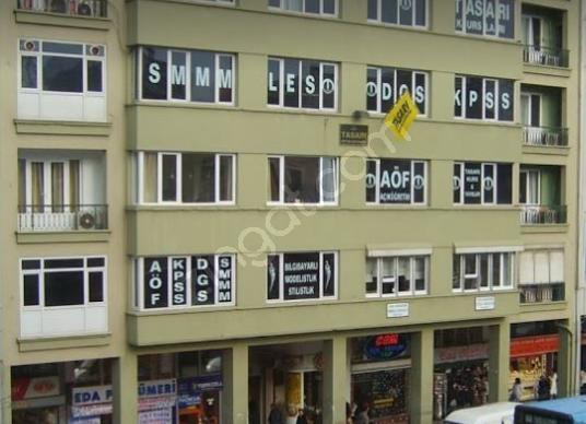 Kadıköy Merkez de Söğütlüçeşme cad. üzerinde sahile 3. bina