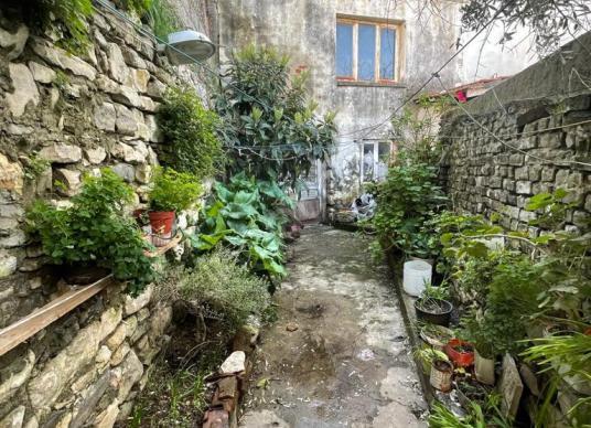 Urla Merkez'de Satılık Taş Ev - Bahçe