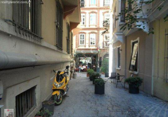 GALİP DEDE CADDESİ ÜZERİNDE KİRALIK TİCARİ MAĞAZA - Sokak Cadde Görünümü