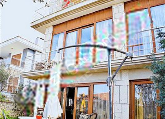 Çeşme Sakarya Mahallesinde Çarşı ve Dalyana Yakın Tripleks Villa - Dış Cephe