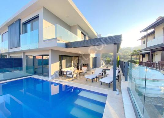 Çeşme  Paşalimanın da Müstakil Havuzlu Eşyalı 5+2 Tripleks Villa