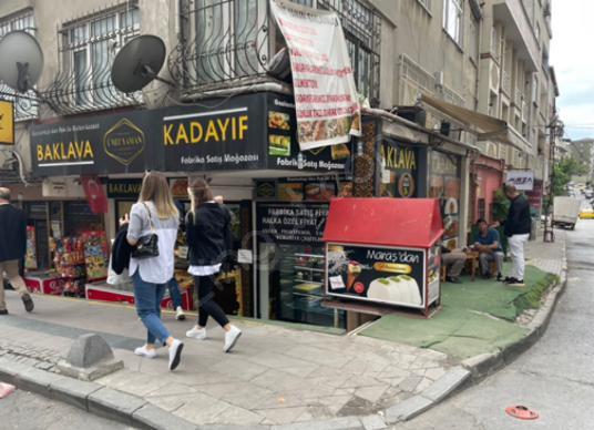 Küçükçekmece Mehmet Akif'te Cadde Üzerinde Devren Köşe Tatlıcı - Sokak Cadde Görünümü