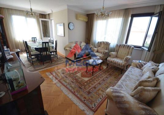 Göztepe Çemenzar'da Katta Tek 3 Balkonlu Kombili 3+1 Satılık - Salon